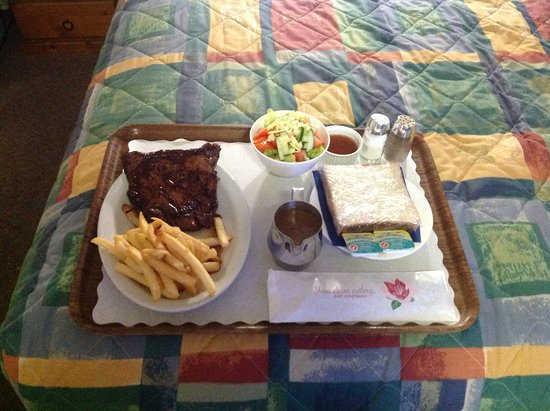 Hughenden, Australien: Steak,chips, salad....Oh My was it delicious....