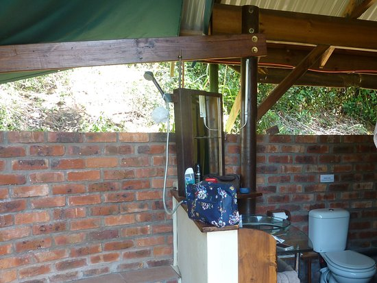Bushbuck Camp: The open air shower room with a view of the lake