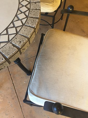 Joya Spa at Omni Scottsdale Resort: bistro chairs by the pool