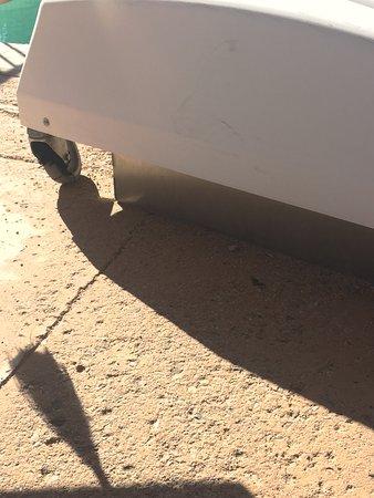 Joya Spa at Omni Scottsdale Resort: broken wheel on pool lift, bottom the lift dragging the ground