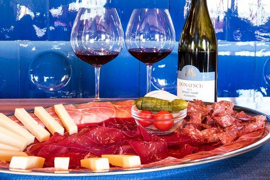 Malans, Switzerland: Typische Bündner-Platte mit luftgetrocknetem Bündnerfleisch, Rohschinken, Salsiz und Käse.