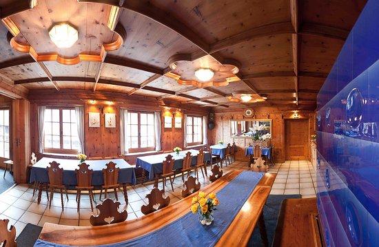 Die typische Bündner Arvenstube mit einem blauen Kachelofen - DAS Weinlokal in Malans!