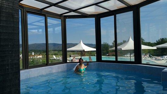 blackstone country villages hotel la pileta cubierta cuenta con zona de baos y duchas