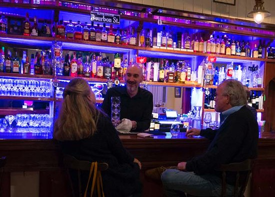 Dunmore East, Irlanda: Welcoming bar with wide selection of whiskies, gins and vodkas, as well as local beers