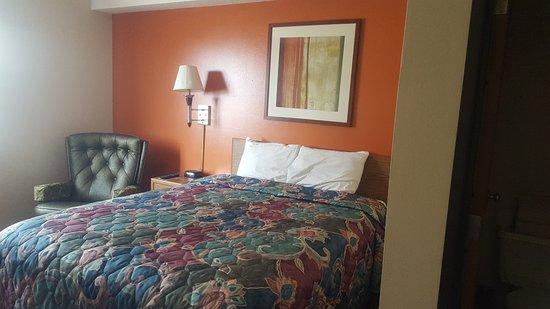 Sibley, IA: 1 Queen bed