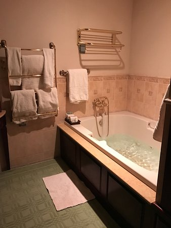 The Inn At Bowmanu0027s Hill: Jacuzzi Hot Tub With Heated Towel Racks.