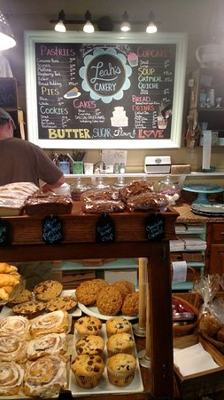 Leah's Cakery: The ordering counter with the sweet breads in view