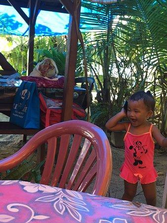 Uturoa, Polinesia Francesa: Child from neighboring table kept us entertained while we waited to be served.
