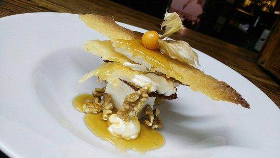 Sallent, Spain: Cruixent de mel i crema de mató