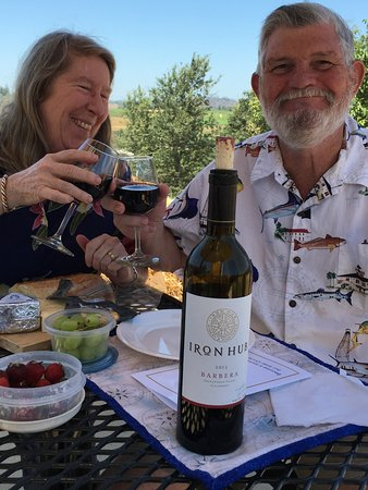 Plymouth, Californië: Iron Hub Barbera and picnics go together!