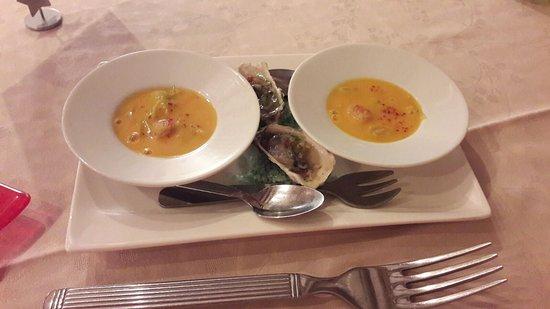 Chisseaux, France: Mise en bouche: pétoncle et julienne de poireau au velouté de potiron
