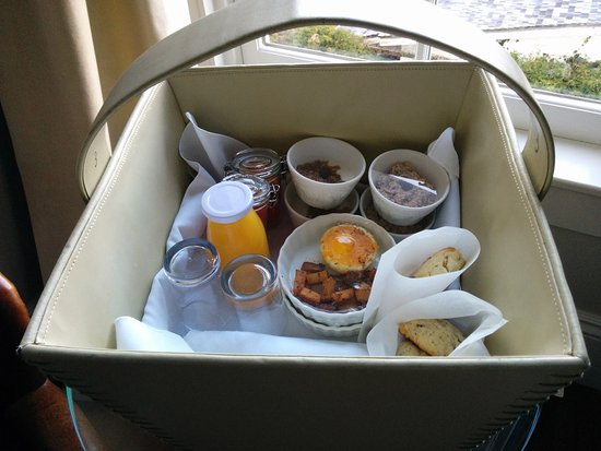 Blue Door Inn: Breakfast was delivered to our door in a basket