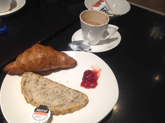 Le Petit Hotel: Breakfast