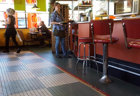 Fairview, Caroline du Nord : Waitstaff and Counter Stools