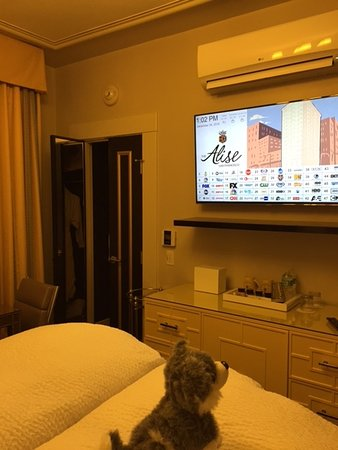 Superbe The Alise San Francisco   A Staypineapple Hotel: Bedroom With Credenza And  Flat Screen TV