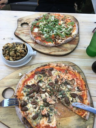 Meeniyan, Australien: 2x Large Pizza (you can ask for changes) and battered mushroom