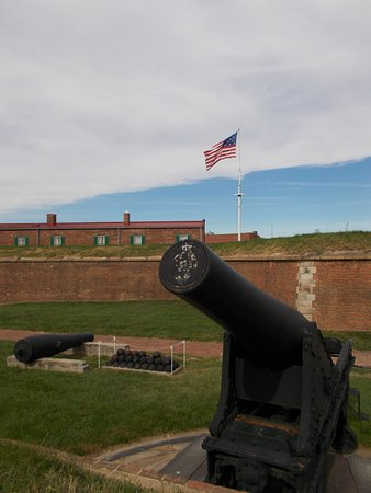 Fort McHenry National Monument: Walking along the grounds