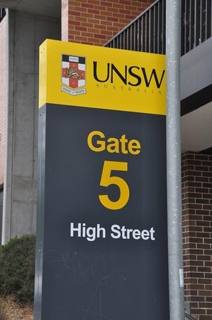 Kensington, Australia: Sign of University.