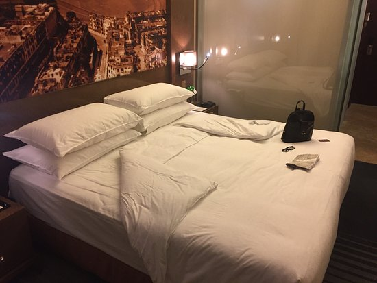 Harbour Grand Hong Kong: Club Room towards bathroom