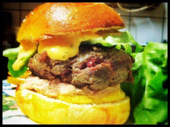 Le Bouche a Oreilles : Cheeseburger charolais, crème de cheddar & caviar de betterave