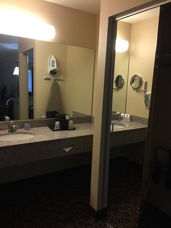 Hawthorn Suites by Wyndham Napa Valley: Vanity top outside toilet area