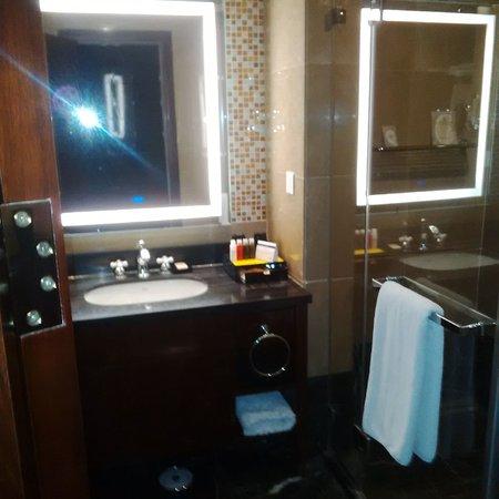 Salle de bain moderne - Bild von Golden Tulip Addis Ababa Hotel ...