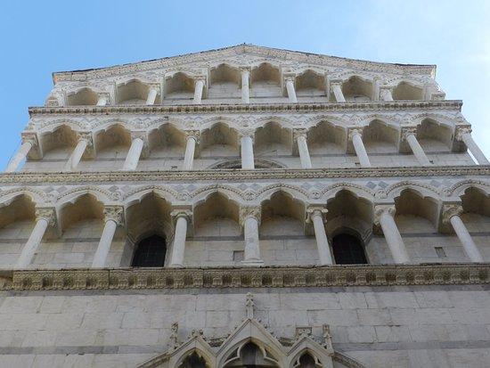Chiesa di San Michele in Borgo: La parte superiore della facciata a tre ordini di loggette