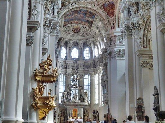 St. Stephen's Cathedral : Kanzel und Altarraum des Doms