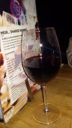 De wijnglazen waren goed gevuld. De huiswijn is prima!