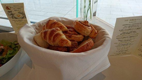 Hotel La Suite Kobe Harborland: 種類豊富なパン