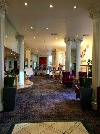 Corus Hotel Hyde Park London: Vers la salle de restaurant, salon