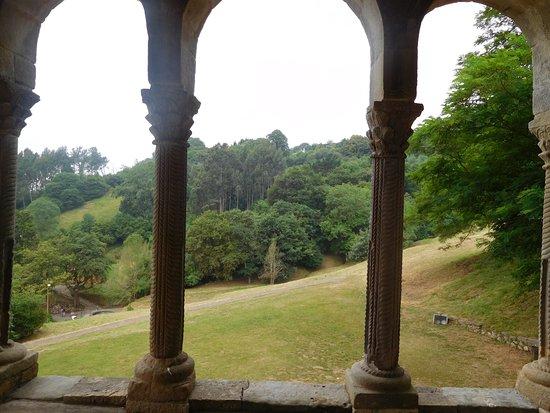 Santa Maria del Naranco: Interno con panorama