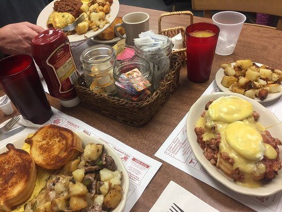 Windham, Мэн: The best eggs  Benny, steak hash and chili omelette ever!!  A must try!!