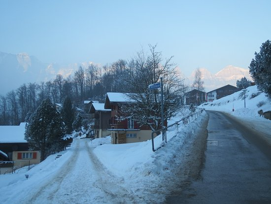 Oberterzen, Suisse : Hotel is up the road to the right