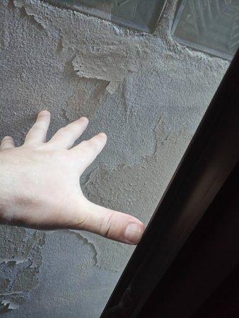 Lamai Apartment: Расстояние от окна до стены напротив