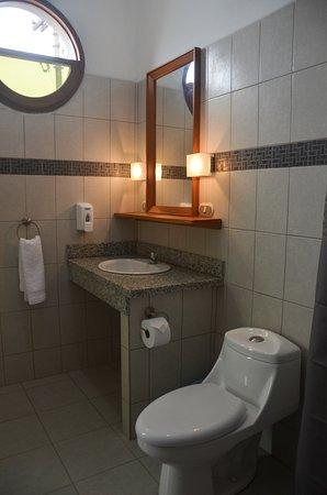 Jinotepe, Nicaragua: Todos los cuartos cuentan con baño propio, abanico de techo, WiFi,agua caliente y desayuno conti