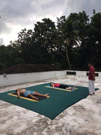 Yogalife Homestay: Roof top yoga