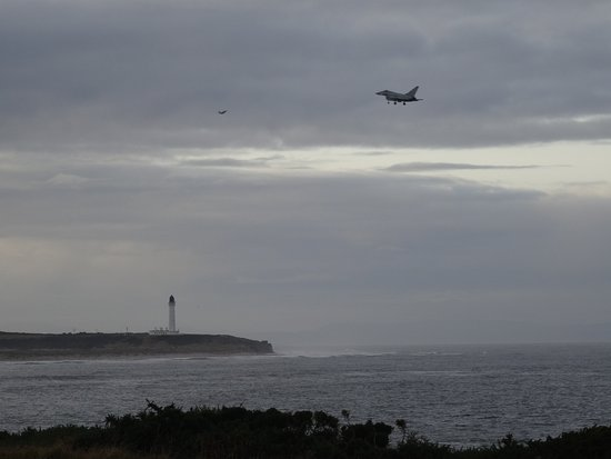 Lossiemouth, UK: Great for watching the Jets practice over the lighthouse and beach.