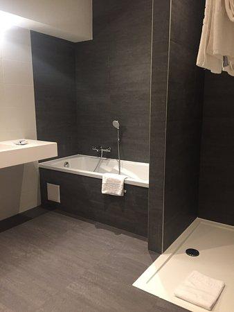Hotel Gravensteen: Огромная ванная комната с прекрасным душем