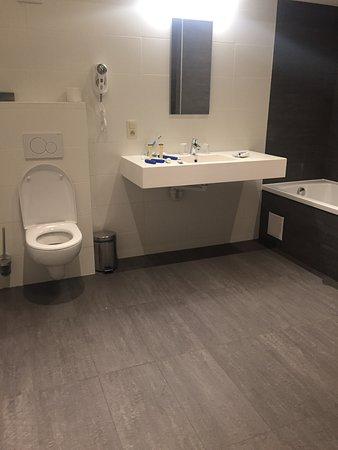 Hotel Gravensteen: Большая площадь ванны