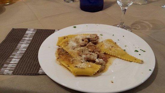Monte San Giusto, Italien: Ravioli di ricotta con salsa di porcini, tartufo e salsiccia.