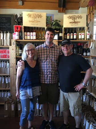 Coupeville, WA: Owners, Patsy and Larry Vail with winemaker Kevin White who recently visited Vail Wine Shop.