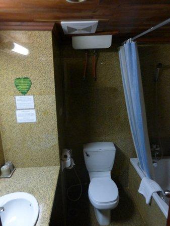 Ta Prohm Hotel: #207 - plenty of hot water!