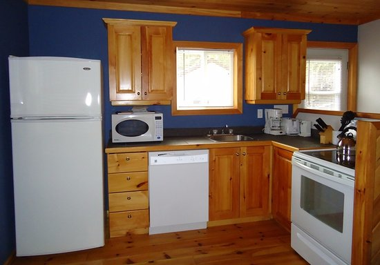 Callander, Canada: Edgewater's kitchen. All Kitchens come fully equipped. Executive Cottages come with a dishwasher