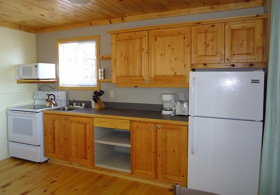 Callander, Canada: Lookout Cottage's kitchen. This is a beautiful one bedroom lakeside cottage with a 10' overhang.