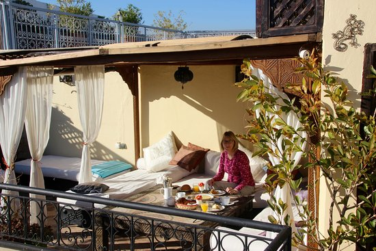 Riad Les Trois Mages: breakfast on roof terrace