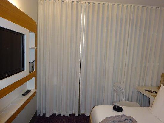 Rideau qui sépare coin douche et le coin chambre - Picture of YOTEL ...