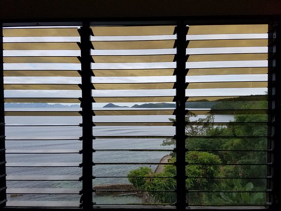 Culion, Filippinerne: Afternoon view from Tangyad room with window vents open and breeze coming in
