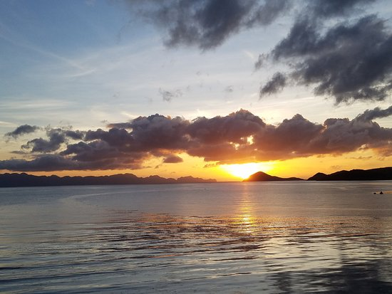 Culion, Filippinerne: Sunrise view from backyard of Hotel Maya
