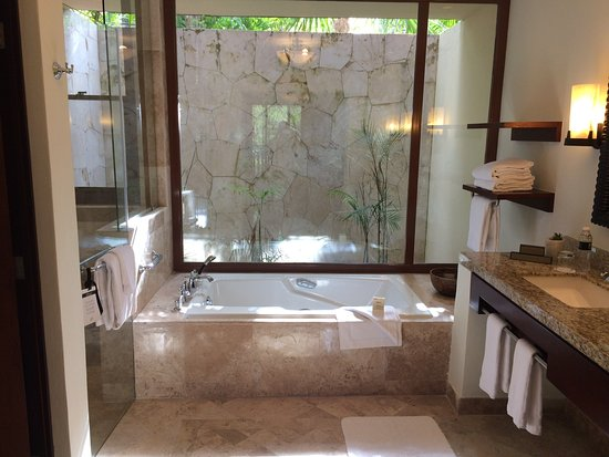 Fairmont Mayakoba: Large skylit bathroom, double sinks